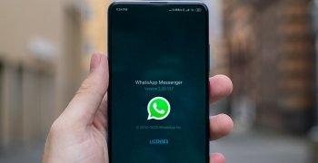puhelin jossa on auki whatsapp-sovellus